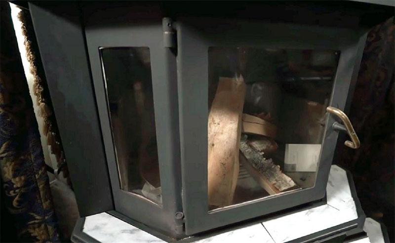 Печь-буржуйка установлена на мраморной подставке