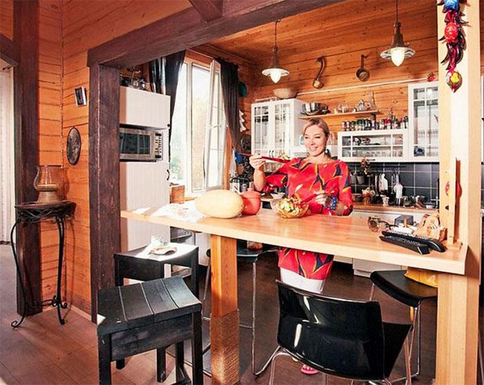 Кухня от гостиной отделена барной стойкой, возле которой разместили высокие чёрные стулья