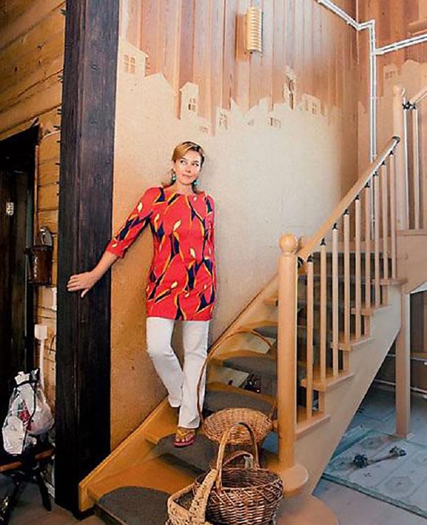 На ступеньках лестницы постелили небольшие коврики