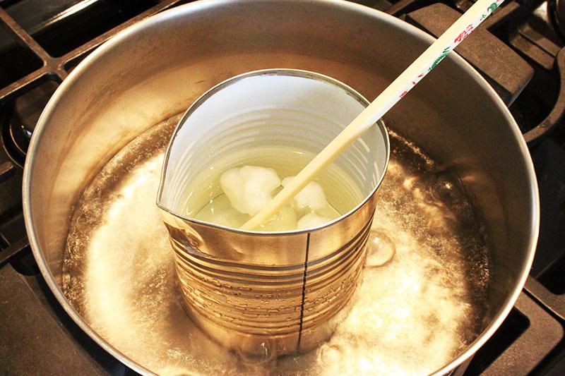 На водяной бане парафин топится довольно легко, времени много это не займёт