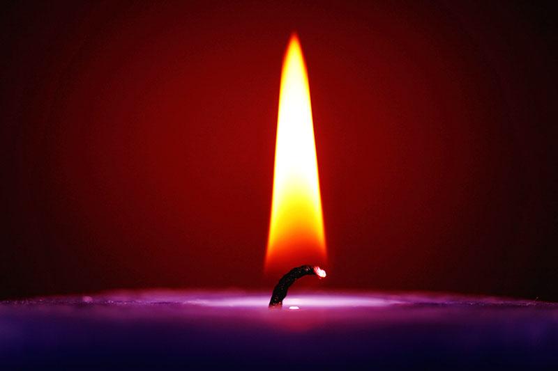 Обычная свеча практически не выделяет копоти при горении