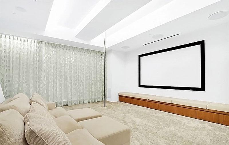 На стене напротив дивана повесили огромный экран для просмотра кинофильмов