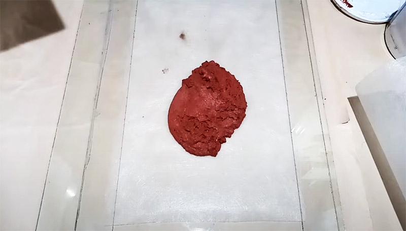 Готовая перемешанная с песком масса выкладывается на основу