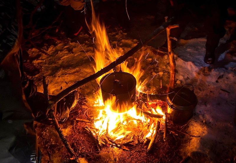 Разведение огня без спичек и зажигалки при помощи батарейки
