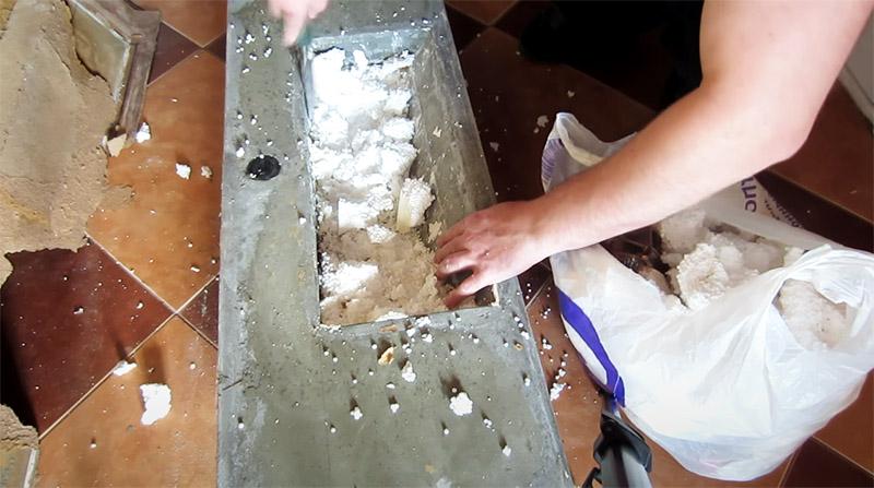 Пенопласт из раковины можно удалить при помощи обычной стамески