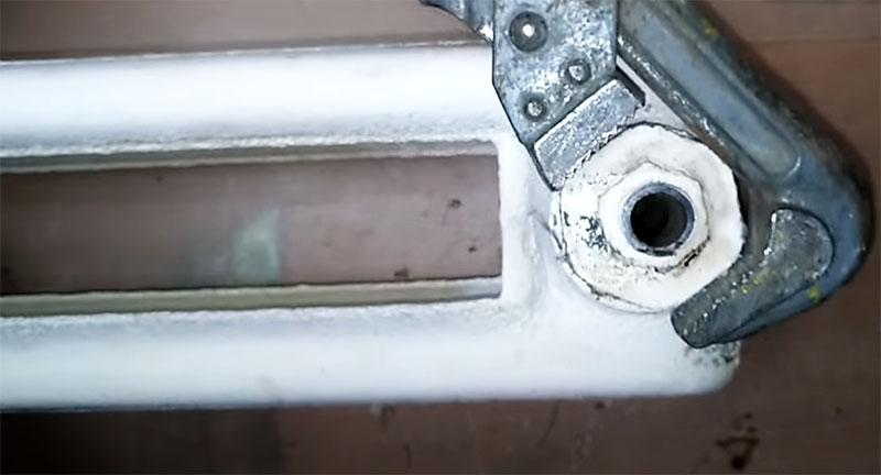 Чугунную пробку с фитингом необходимо вывернуть из радиатора