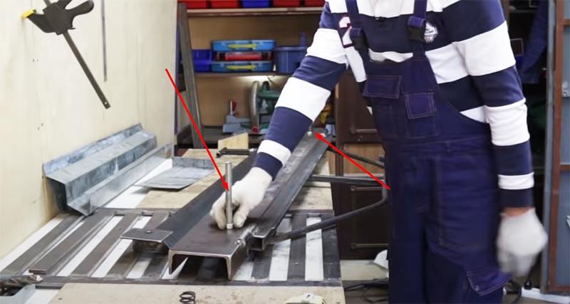 Шпильки установлены, переходим к монтажу зажимного элемента