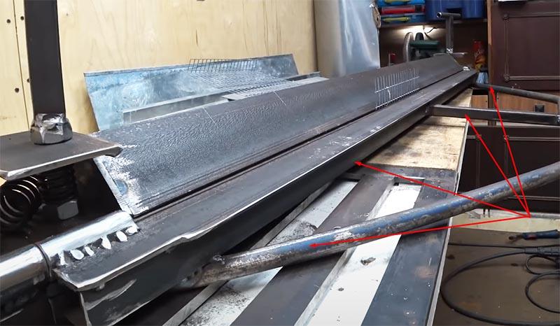 Финальный штрих – изготовление и установка ручки на подвижную рабочую платформу листогиба