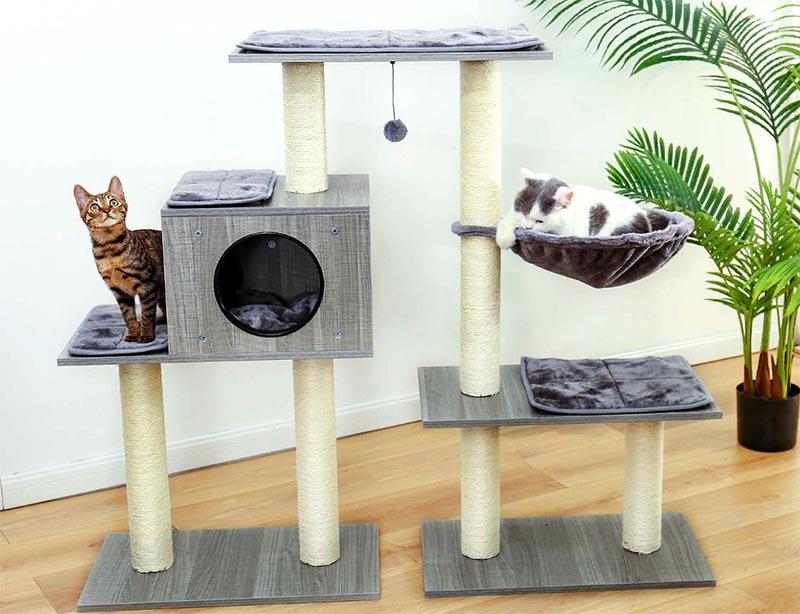 Предложите вашему любимцу кошачий домик с подвесными игрушками и площадками на высоте, откуда он может обозревать комнату. Тогда в ваше отсутствие ему не будет так скучно, и он найдёт себе занятие без участия обоев и подлокотников дивана