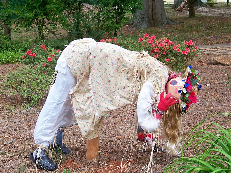Если вы всё же делаете пугало для защиты своих грядок, имеет смысл выбрать традиционную позу для живого человека на огороде
