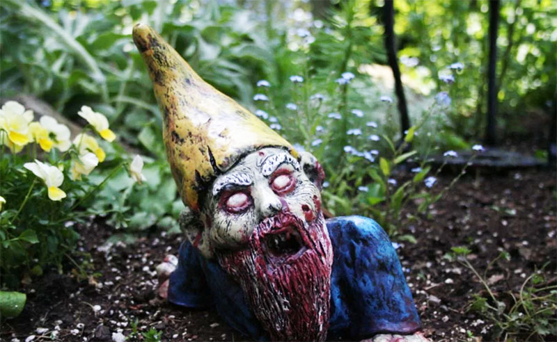 Как ни странно, популярность набирает коллекция зомби-гномов. Многие заказывают такие скульптуры в противовес очаровательным зайчикам и прочим милым скульптурам для сада. Что движет этими людьми сложно понять. Если прогуляться по такому саду вечером, спать долго не захочется
