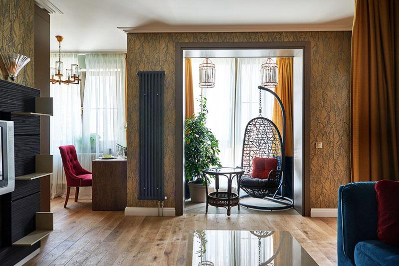 Окно в лоджии декорировали однотонными жёлтыми портьерами
