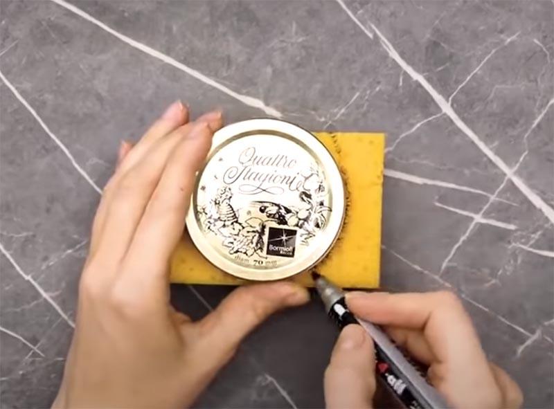 Используйте винтовую крышку от вместительной банки, в которой вы можете хранить катушки с нитками
