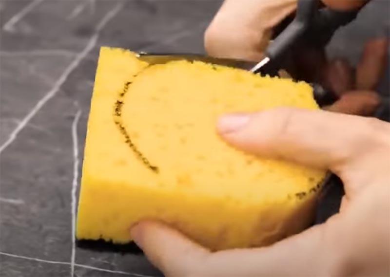 Вырежьте губку по размерам крышки и вклейте её во внутреннюю часть с помощью горячего клея