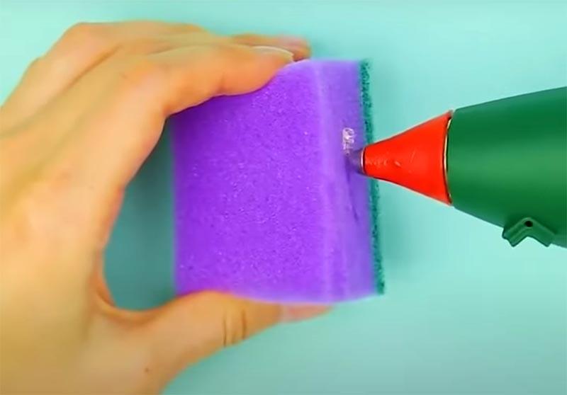 Закройте отверстие горячим клеем, чтобы магнит случайно не выпал