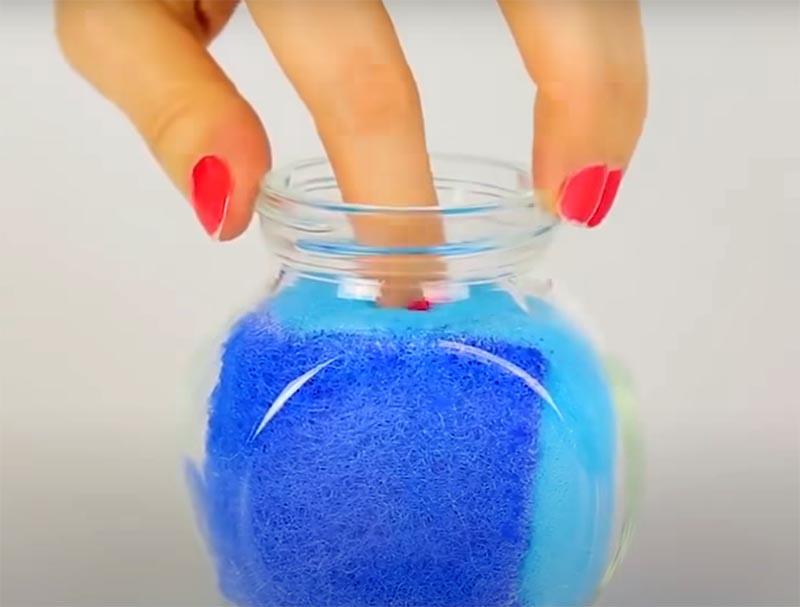 Налейте в банку жидкость для снятия лака и закройте её. Теперь, если вам нужно снять лак, просто окуните пальчик и потрите его о губку внутри банки