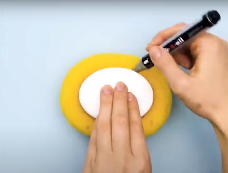Возьмите поролоновую губку и обозначьте на ней место расположения кусочка мыла