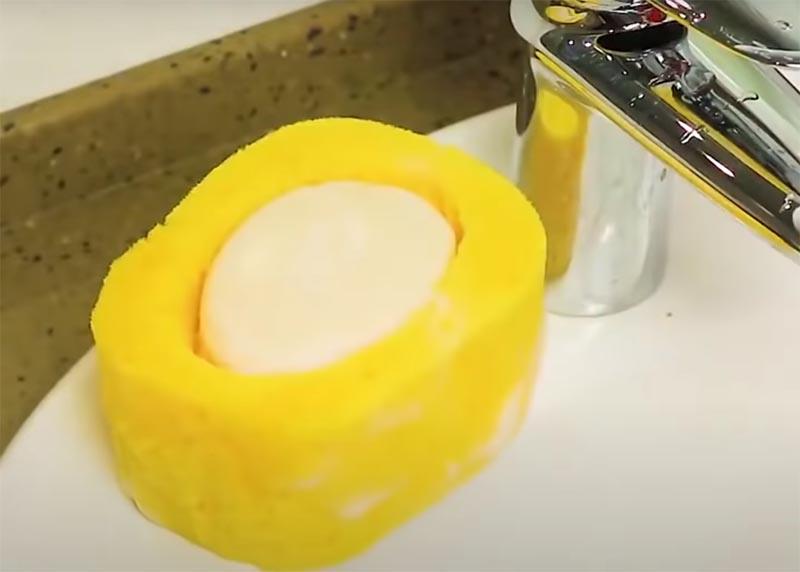 А если вам понадобится, вы можете намочить это гнездо и использовать мыльную пену для купания или уборки