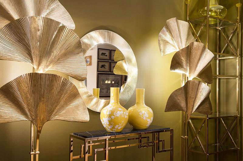 По обе стороны от консоли поставили декор в виде деревьев с золотыми веерообразными кронами