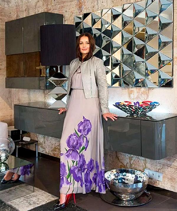 Навесные шкафчики с глянцевыми поверхностями серого оттенка дополняют футуристический интерьер столовой