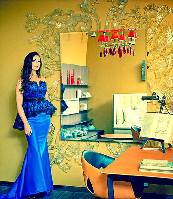 Кабинет Оксаны украшен оригинальным арт-объектом – зеркалом на фоне ажурного декора из пластика