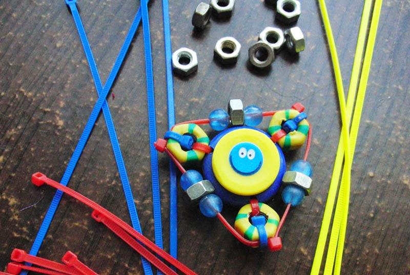 Некоторые умудряются изготовить из пластиковых стяжек даже игрушку-спиннер