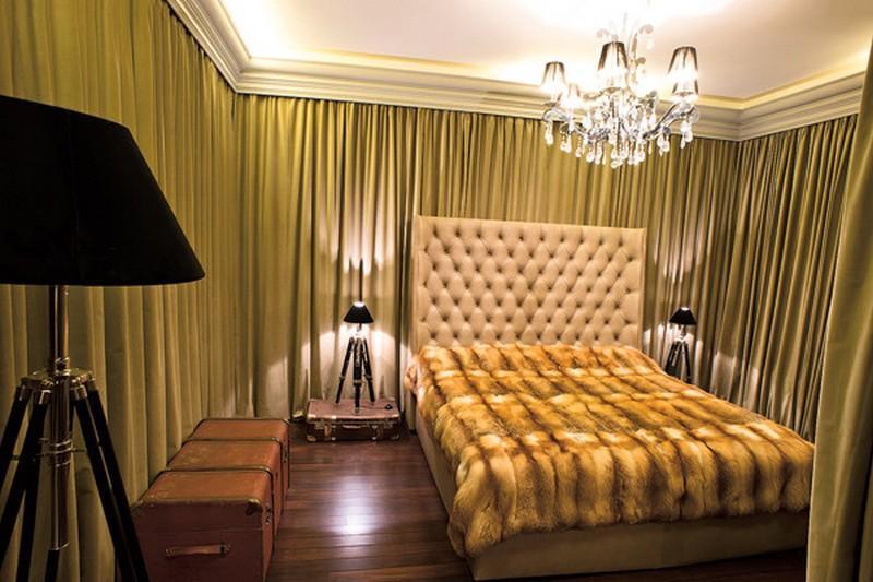 В гостевой спальне поставили оригинальные лампы на треногах