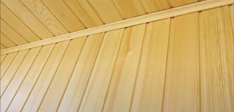 По углам фиксируется деревянный плинтус, скрывающий стык