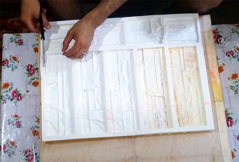 Излишки силикона срезаем при помощи обычных ножниц