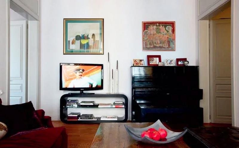 Футуристичная тумба под телевизор идеально сочетается со старинным фортепиано