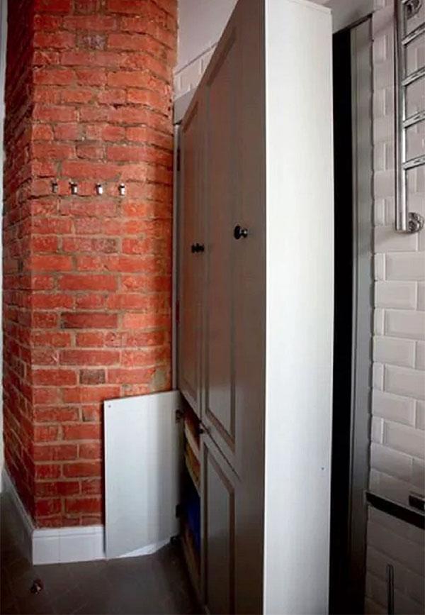Массивные двери эффектно смотрятся на фоне кирпичной кладки