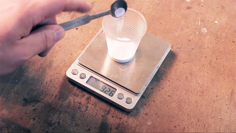 Необходимо отмерить нужное количество оксида алюминия
