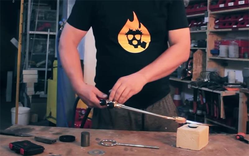 При помощи газового резака также можно добиться нагрева состава до нужной температуры