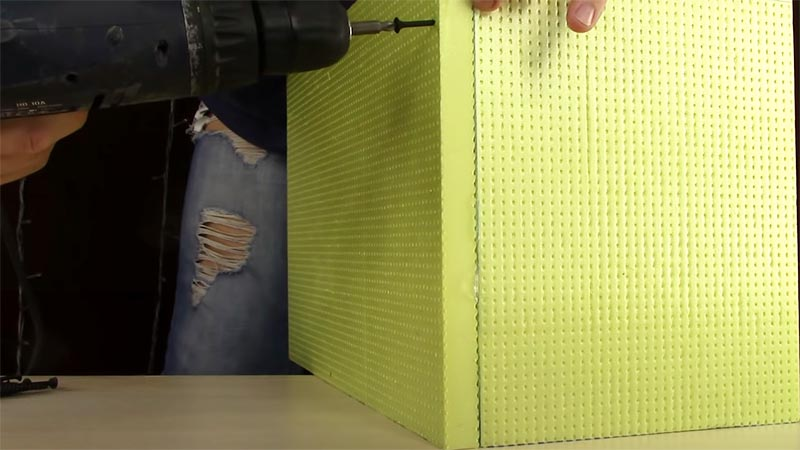 Элементы из пенополистирола склеиваются силиконовым герметиком и скрепляются саморезами