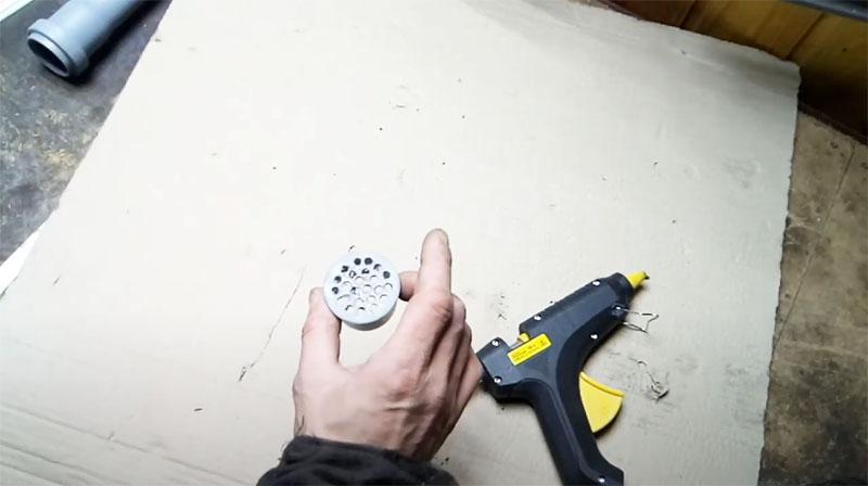 Высверлить необходимое количество отверстий в заглушке для трубы крайне просто