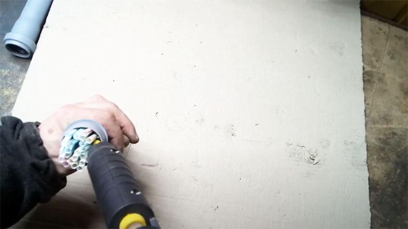 Трубочки установлены на место, осталось залить всё термоклеем и подождать, пока он остынет