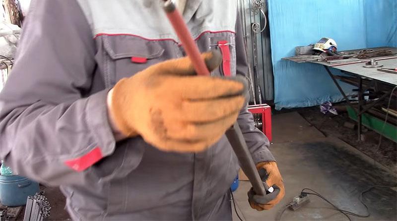 Стальная трубка вставляется внутрь профильной трубы
