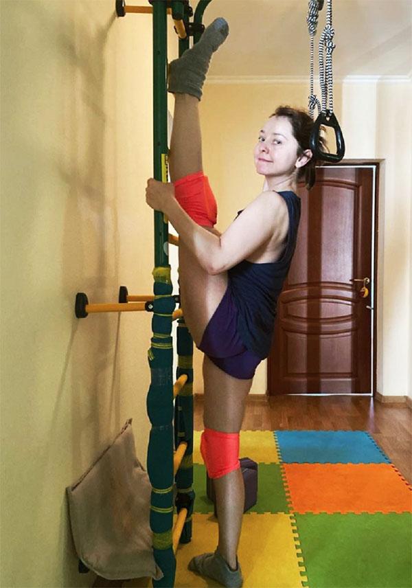 В просторном холле для ежедневных спортивных тренировок установили шведскую стенку с кольцами и турником