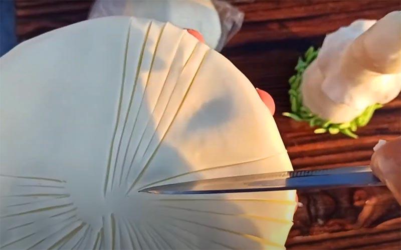 Масса для лепки хорошо обрабатывается ножом или стеком. Придайте нужную форму с помощью удобного вам инструмента