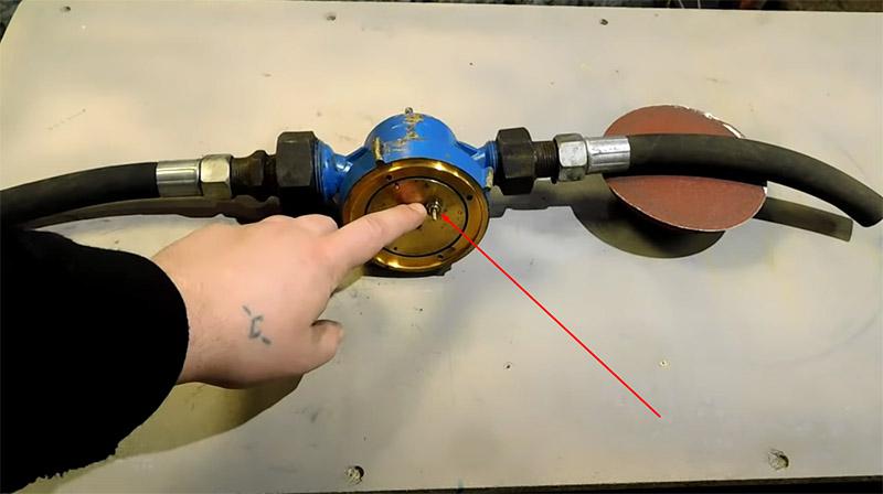 На латунном диске в прямом доступе находится шпиндель, который требуется зажать в патроне шуруповёрта