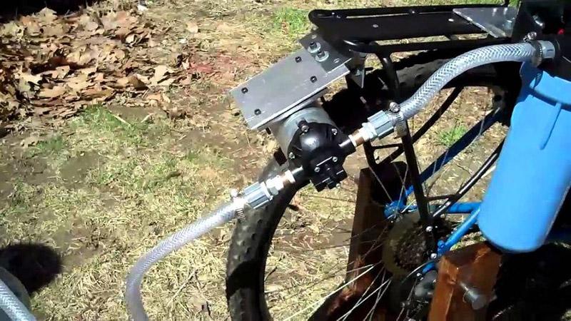 Велосипедное колесо – прекрасный привод для насоса