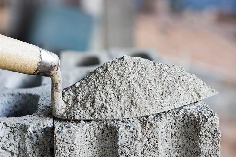 Есть мнение, что вернуть свойства цементу можно, если прогреть его при высокой температуре. Некоторые умельцы разжигают костёр под листом металла и «жарят» окаменевший цемент. Но в любом случае прежнего качества ждать от него не стоит