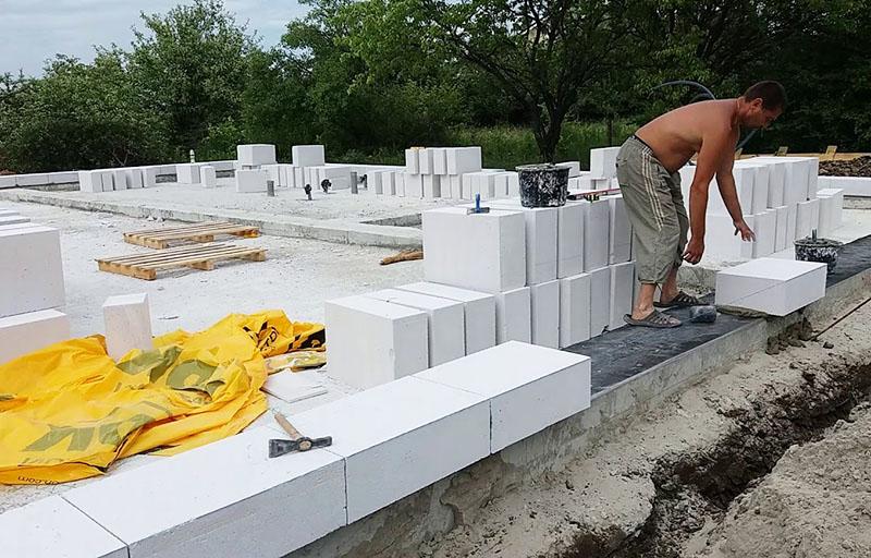 Дом из газобетона: как защитить блоки от воды