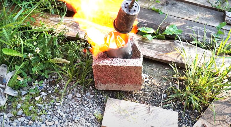 Алюминий плавится в консервной банке при помощи пропановой горелки
