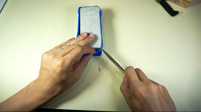 Картонная оболочка разрезается и удаляется