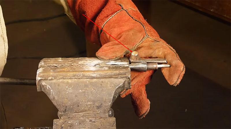 Соединение фиксатора и проушины хвостовика будет выполнено болтом с гайкой