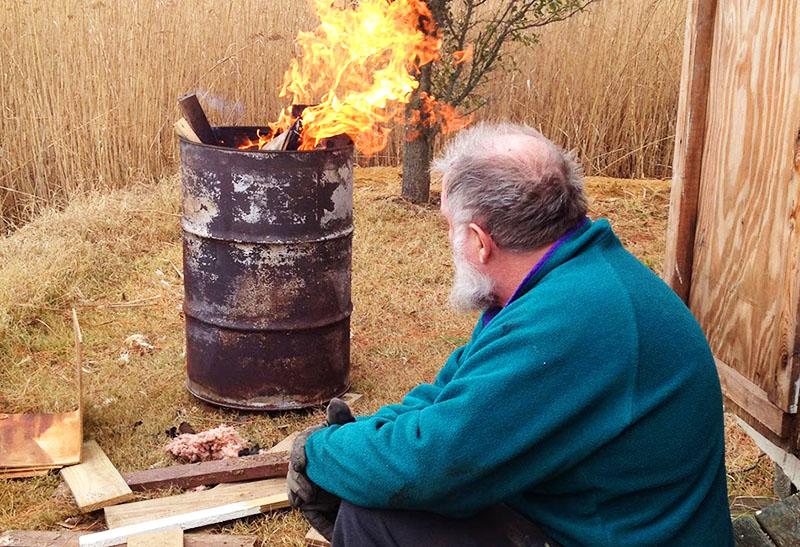 Если поставить на пень металлическую бочку без дна и в течение сезона сжигать в ней садовый мусор, то пень выгорит полностью. Корни потом сами сгниют со временем, оставшись без ствола
