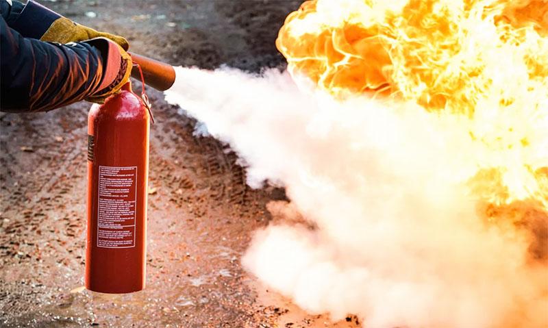 И помните, при сжигании пней обязательно нужно иметь под рукой средства для огнетушения, а также принять все меры предосторожности