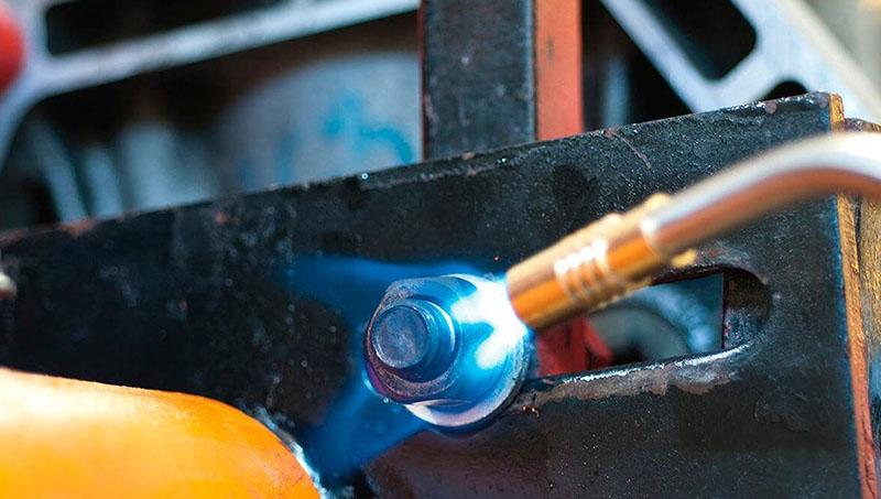 При нагреве гайки горелкой весь шлак сгорает, при этом металл расширяется, что и способствует отворачиванию