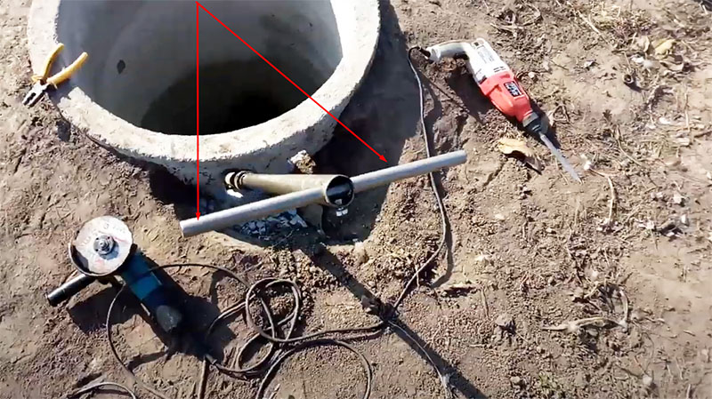 Сбоку кольца пробивается два отверстия. Через одно из них будет проходить пластиковая труба, а через второе ‒ удлинитель